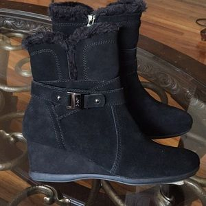 ANN KLEIN LEATHER BLACK AKINCAGED FAUX FUR BOOTS